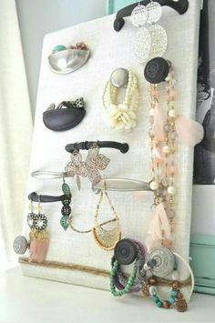Ophang bord voor sieraden. Bespannen met textiel en daarna met deurknoppen
