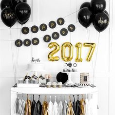 Host a fabulous New Year's Eve party! We are SO excited to announce our New Year's Eve Party Kits! Our NEW kits contain everything you need to host a beautiful party with ease. Get ready to host the perfect NYE celebration and ring in the Countdown Party, Deco Nouvel An, Fete Emma, Silvester Diy, Decoration Birthday, Party Decoration Ideas, Black Party Decorations, New Years Eve Decorations, Nye Party