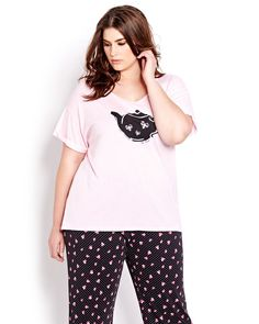 Avec son encolure en V et son ourlet de manche roulé, ce joli haut de pyjama est parfait pour rehausser votre style, le moment venu d'aller au lit. Taille plus, coupe ligne A, ourlet légèrement asymétrique. Longueur de 27 pouces à l'avant et de 29 pouces au dos. Une tenue de nuit chic qui saura s'agencer à une multitude de bas de pyjama.