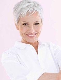 Kurzhaarschnitt auf weißem Haar # graue Haare # hohe Haare - Schöne Frisuren, Kurzhaarschnitt auf weißem Haar # graue Haare # hohe Haare Pensez à l. Haircut For Older Women, Haircuts For Fine Hair, Short Pixie Haircuts, Sassy Haircuts, Short Hair Older Women, Popular Haircuts, Mom Hairstyles, Short Hairstyles For Women, Hairstyles Videos