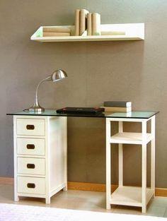 Mesa de escritorio y despacho IVORY y repisa COLONIAL de Bambó Blau. Cajones y estantes de madera de teca, acabados Basic y Blanco; sobre de cristal.