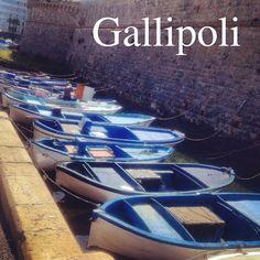 Le piccole barche dei pescatori accanto il castello nella città vecchia di Gallipoli --- Small boats of the local fishermen at the base of the castle in Gallipoli's old city