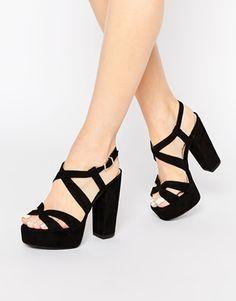 berkreuzte sandalen aus wildleder mit breitem absatz und. Black Bedroom Furniture Sets. Home Design Ideas
