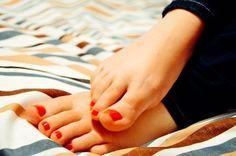 cura fai da te dei piedi, pediluvio bicarbonato oli essenziali, scrub  con zucchero di canna oli vegetali, crema autoprodotta: burro di karitè e oli essenziali
