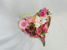 Bruidsboeket met Cymbidium, Germini, Rosa, Craspedia, Veronica, Succulent, Celosia, Tulipa, Dianthus, Ranunculus en Chrysanthemum, door Natys Floral Design & Services