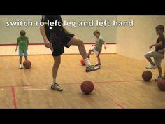Rol de bal met je voet, voet erop en geef elkaar een hand, gym met kleuters