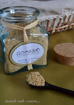 Gomasio : un compromis pour saler les plats sans sel et éviter la rétention d'eau ! Composé de graines de sésame grillées et mixées avec seulement 4% de sel. On peut également le fabriquer soi- même en y supprimant totalement le sel.