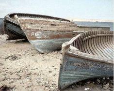 Houten bootjes in het zand