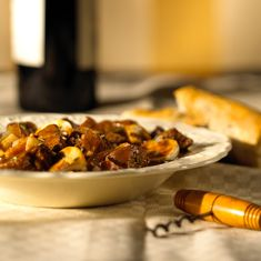 What could be classier – or easier – than serving classic Beef Bourguignon when you host your next soirée? Serve this recipe with mashed potatoes, egg noodles or rice. Shawarma, Oven Recipes, Cooking Recipes, Yummy Recipes, Salad Recipes, Recipies, Dinner Recipes, Bourguignon Recipe, Mashed Potato Recipes