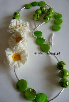 Stokrotki - naszyjnik z filcowymi kwiatami www.robotkowyswiatmychy.blogspot.com