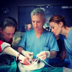 trening na organie przed serialową operacja, skupienie 100% #lekarze #lekarzetvn #tvn #magdalenaróżczka foto #piotrlitwic Tv Series, Instagram