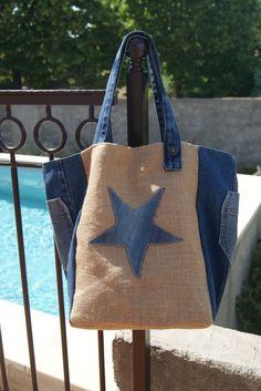 Sac en toile de jute et jean Denim Bag Patterns, Sacs Tote Bags, Cowhide Bag, Diy Bags Purses, Art Bag, Best Handbags, Recycled Denim, Handmade Bags, Leather Handbags