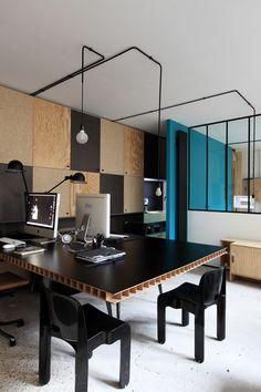 Une table géante qui fait office de bureau et table de réunion à la fois / Archi : ATELIER PREMIER ETAGE