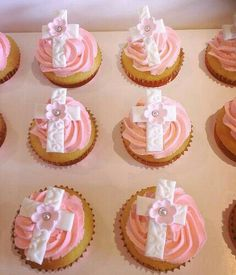 Cupcakes for a christening Christening Cupcakes Girl, Baptism Cookies, Fancy Cupcakes, Girl Cupcakes, Doop Cupcakes, Mini Cakes, Cupcake Cakes, Comunion Cakes, First Holy Communion Cake