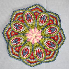 Esta mandala é trabalhada em técnica crochet de sobreposição. Esta técnica está profundamente enraizada no cabo e crochet Aran. Crochet Overlay criou um design simétrico texturizado. Medidas: Aprox. 24 centímetros (9,6 polegadas) octagon ... terminou ...