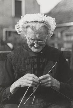Lucy herinnert zich niet zoveel van haar oma want zij stierf toen zij klein was maar zij droomt vaak over haar oma. Lucy's oma heeft haar altijd beschermt tegen de duivel zelfs toen zij dood was. De oma heeft haar boeken en haar ringen achter gelaten voor Lucy  . Zodat Lucy weet wat haar krachten betekenen en hoe het haar kan helpen in het leven. Daarom heb ik voor deze foto gekozen want de oma van Lucy was er altijd voor haar zelfs als zij niet lichamelijk aanwezig was.