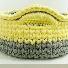 Um dos meus preferidos 😍💛💛💛 ele tem 24 cm de diâmetro por 12 de altura. Um mimo 😍 #cestos #fofurices #fiosdemalha #trapillo #crochet #basket #cestosorganizadores