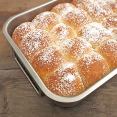 Buchty s povidly - traditional Czech sweet buns with jam inside (recipe in Czech) Sweet Buns, Sweet Recipes, Rum, Goodies, Bread, Baking, Food, Cakes, Traditional