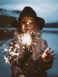 fotografie ideen - Looking for or wanting creative ideas to rock your photo shoot? Sparkler Photography, Girl Photography Poses, Creative Photography, Popular Photography, Birthday Photography, Autumn Photography, Shotting Photo, Instagram Pose, Instagram Ideas