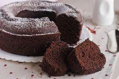 La Torta al Cacao e Latte di Mandorla è una ricetta light senza burro e senza olio. Facile da preparare e velocissima. Pochi passaggi per una torta perfetta