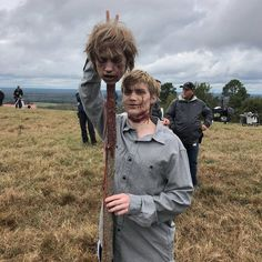 Matt Lintz (Henry) and his prosthetic head on a pike Walking Dead Zombies, Walking Dead Meme, Carl The Walking Dead, Walking Dead Pictures, Walking Dead Season 9, Walking Dead Series, The Walking Dead Merchandise, The Walkind Dead, Twd Memes