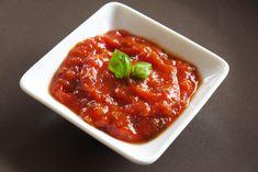 Sauce tomate pour bébé - une recette de Régalez Bébé Une sauce tomate pour bébé légèrement sucrée et parfumée aux saveurs provençales, parfaite pour accommoder le riz, les pâtes, la volaille, le poisson mais aussi pour égayer les légumes dans l'assiette de bébé.