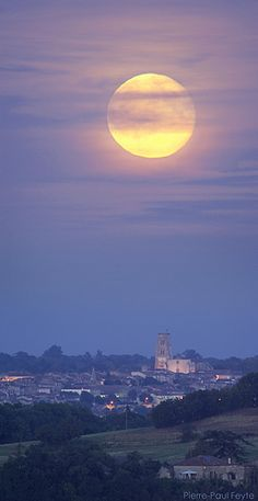 La lune se lève au-dessus de Lectoure (Gers), le soir du 16 septembre 2008. The Moon rises over Lectoure (Gascony, SW France) on September 16, 2008 evening. Photo by Pierre-Paul Feyte
