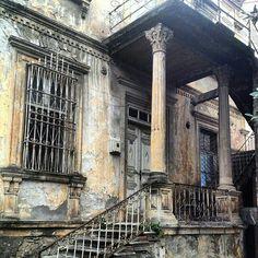"""Taşbaşı Mahallesi Sıtkıcan Caddesi'nin girişinde yer alan, 19. yüzyılın sonlarına doğru Osmanlı mimarisiyle yapılan tarihi Vali Konağı, Ordu'nun ilk Valisi Fazıl Özelçi'den itibaren, 1973 yılına kadar 31 Vali'ye hizmet vermiştir. Bugün Köşk Apartmanının hemen arkasında yer alan ve bakımsız harebe bir vaziyette duran """"Tarihi Vali Konağı"""" restore edilmeyi bekliyor. photo@hamraerem #ordu #tarih #valikonağı #karadeniz #turkey #memleketordu #history"""
