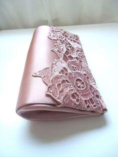 Clucth renda rosa lilás  Parte externa: tecido cetim rosa lilás e renda grippier com  aplicações de chatons de cristal.  Parte interna: cetim rosa lilás  Possui 2 botões magnéticos  Produto feito artesanalmente