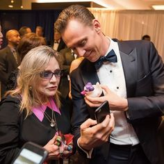 """""""Here's Tom Hiddleston examining a Princess Leia rubber ducky for Carrie Fisher's dog @Gary_TheDog at the #whcd"""" https://twitter.com/thrasherxy/status/814499699981946880"""