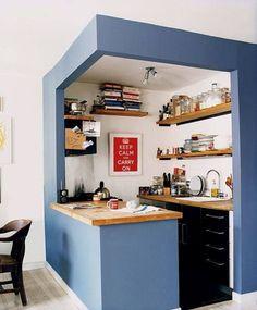 Cocina pequeña blanca con un marco en azul