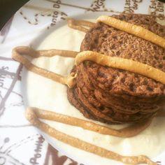 Panquecas  . #alprosoya de baunilha  . Aveia #maxprotein bombon rocher  . Manteiga de amendoim #theproteinworks @mws.pt ( # @diibrookfit)