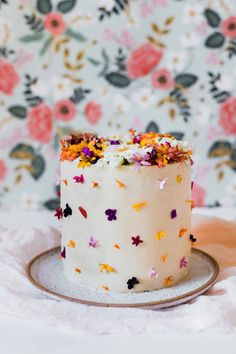Tips for using edible flowers on cake #edibleflowers #cake #flowers #floralcake #cakedecorating
