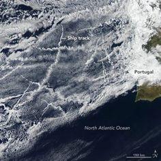 Корабль треки обычно образуются среди низменных слоистые и кучевые облака. Они образуют вокруг выхлопных частиц, выпущенных кораблями.