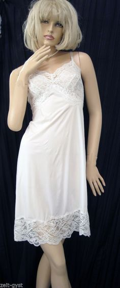 752b1ccb4e7 VINTAGE WHITE VANITY FAIR BLUE LABEL FITTED UNIQUE LACE-SILKY-NYLON FULL  SLIP-