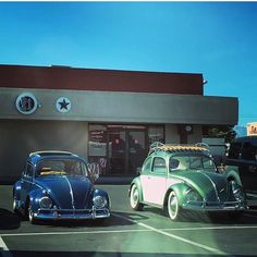 Nice couple - thanks @lunguphoto #morninautos #soloparking #chivera #vw #beetle #vwbeetle #fusca #bocho #escarabajo #beetlemania #aircooled (at Las Vegas, Nevada)