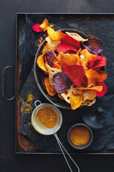 Snacks We have finally found the perfect companion for cozy TV evenings: vegetable chips! We explain Protein Desserts, Protein Smoothie Recipes, Healthy Protein, Healthy Smoothies, Healthy Snacks, Best Protein Shakes, Snack Mix Recipes, Shake Recipes, Vegetable Chips