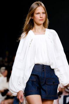 Retro-Charme: Jeansshorts zu weißer Bluse. Look von Chloé, Runway Frühjahr/Sommer 2015