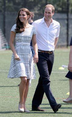 Duquesa usa vestido Hobbs e fica descalça durante visita real – Modelos e Celebridades – MODASPOT