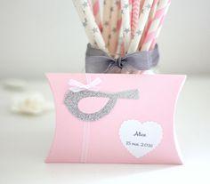 Boîte à dragées oiseau et coeur dentelé, coloris rose, gris, argent et blanc : Autres papeterie par latelierdesconfettis