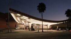 Si de nos jours les stations-service semblent toutes se ressembler, il n'en a pas toujours été ainsi. Après la Seconde Guerre mondiale, le Mouvement moderne a fortement influencé l'art, le design et l'architecture jusqu'aux stations-service! Voici une sélection des plus remarquables d'entre elles ainsi que les noms des architectes qui les ont conçues : Mobile Gas Station, Long Beach Les architectes Smith et Williams ont conçu cette superbe station en 1955. Si cette dernière n'existe plus…