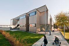 Construído na 2010 na Viena, Áustria. Imagens do Hertha Hurnaus. Conceito Arquitetônico  Situado ao redor de um subúrbio heterogêneo, esta edificação de dois níveis expressa uma identidade diferente que se...
