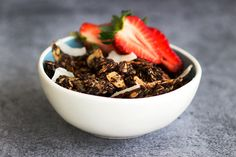 Chunky Chilli Chocolate Granola! So delicious, with subtle hints of chilli and delicious dark chocolate, this is one decadent granola recipe | www.sprinkleofgreen.com