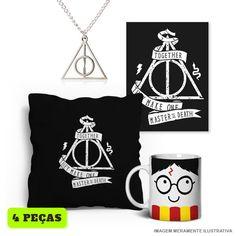 Kit Relíquias da Morte c/ 4 peças - Harry Potter ~ Relíquias da Morte são objetos mágicos muito poderosos que foram dados a 3 bruxos pela própria Morte. Conteúdo do Kit: 1 Placa 1 Caneca 1 Capa de Almofada 1 Colar