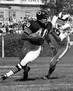 1966 Replay The first Super Bowl Nfl Bears, Bears Football, Nfl Chicago Bears, Football Art, Baseball, Football Pictures, Sports Photos, Sports Images, Gale Sayers