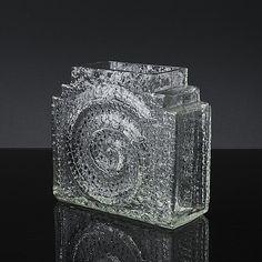 "NANNY STILL - Glass vase ""Kometti"" 1414 designed in 1967 for Riihimäen Lasi Oy, Finland. [h. 19 cm, w. 20 cm] Glass Design, Design Art, Vases, Pots, Kosta Boda, Mid Century Modern Art, Be Still, Finland, Modern Contemporary"