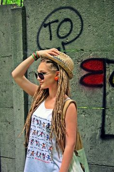 I love the neatness of the look of dreads without bangs. This style of dread to me looks clean & well kept Dreadlock Hairstyles, Messy Hairstyles, Pretty Hairstyles, Dread Braids, Dreadlocks, Pretty Dreads, Female Dreads, Blonde Dreads, Hippie Hair