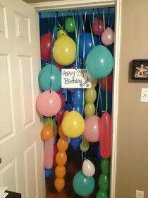Prepara una avalancha de globos sorpresas para cuando la persona abra la puerta de su habitación. Simplemente pega los globos en listones y adhierelos al marco de la puerta. Asegúrate de que los listones sean de distinto largo.