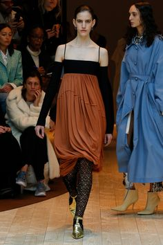See all the Collection photos from Celine Autumn/Winter 2017 Ready-To-Wear now on British Vogue Fashion 2017, Runway Fashion, Fashion Outfits, Womens Fashion, Fashion Trends, Celine, Fall Fashion Week, Autumn Winter Fashion, Fall Winter