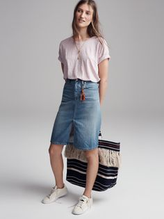 madewell denim high-rise skirt worn with the linen bicoastal tee, riviera fringe tote + puma® match lo sneakers.